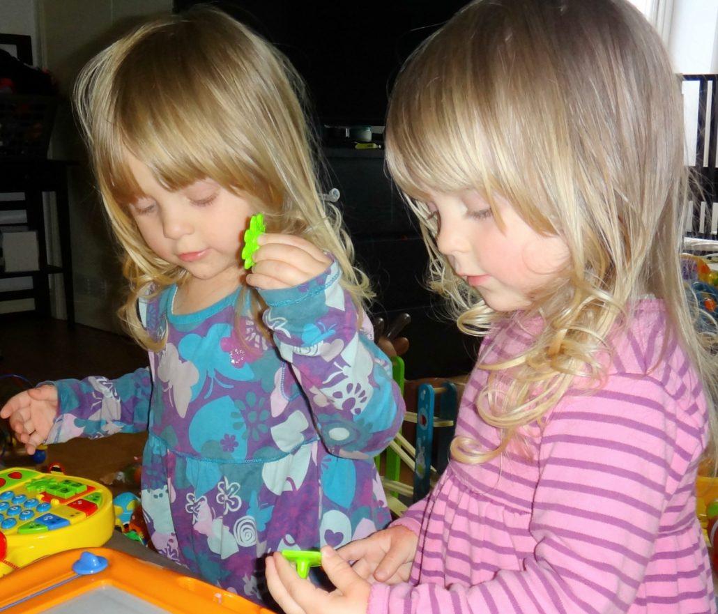 双胞胎姐妹丽拉和贝拉看电视学英语