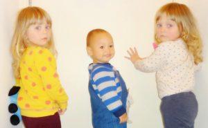双胞胎姐妹丽拉,贝拉和中法混血儿龙龙