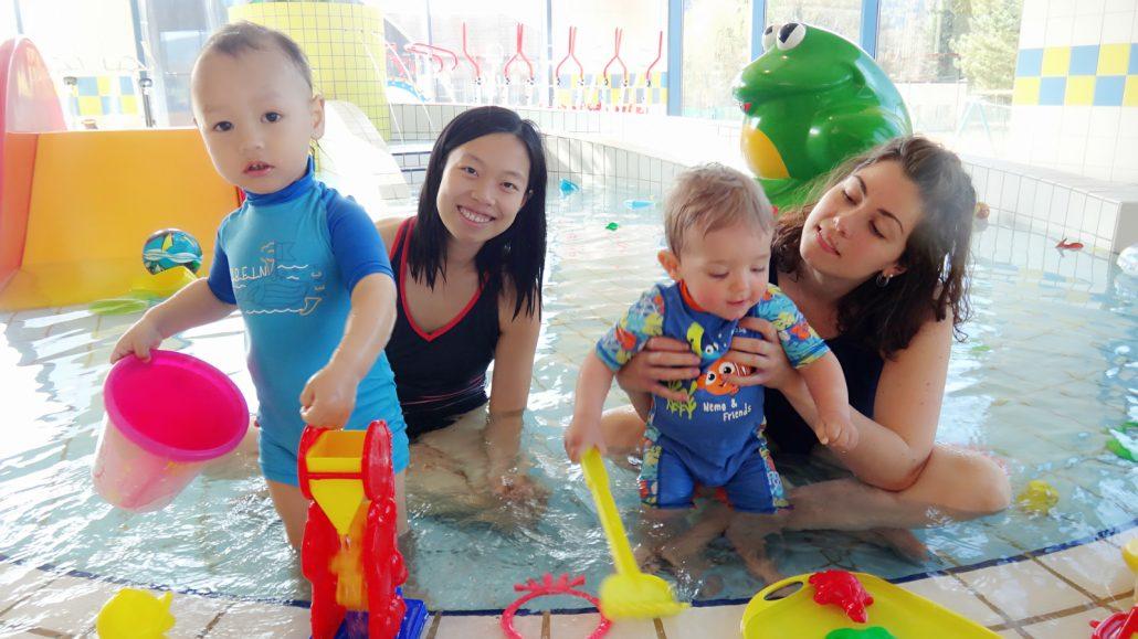 中法混血宝宝在游泳池玩