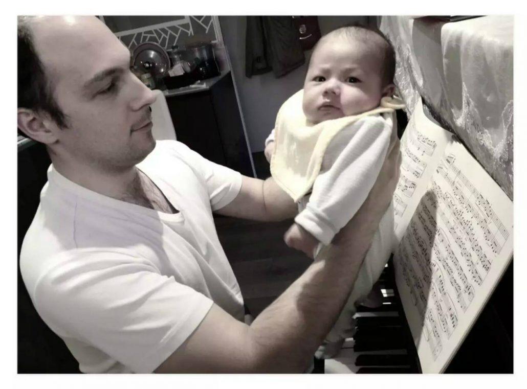 江城子和爸爸一起弹琴